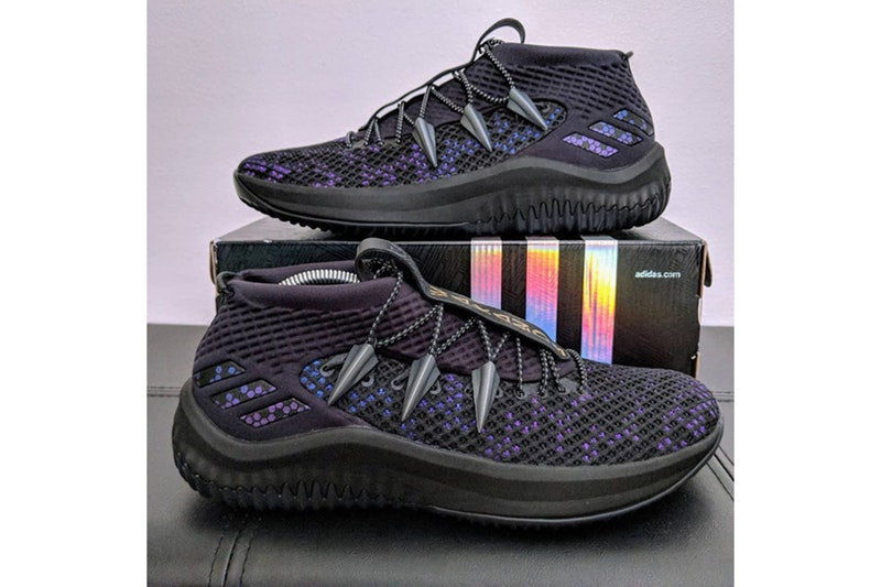 A fekete alapon lilával és kékkel átszőtt cipők legjellegzetesebb eleme a  fűző rögzítőket takaró párduckarmok 6b23d69e21